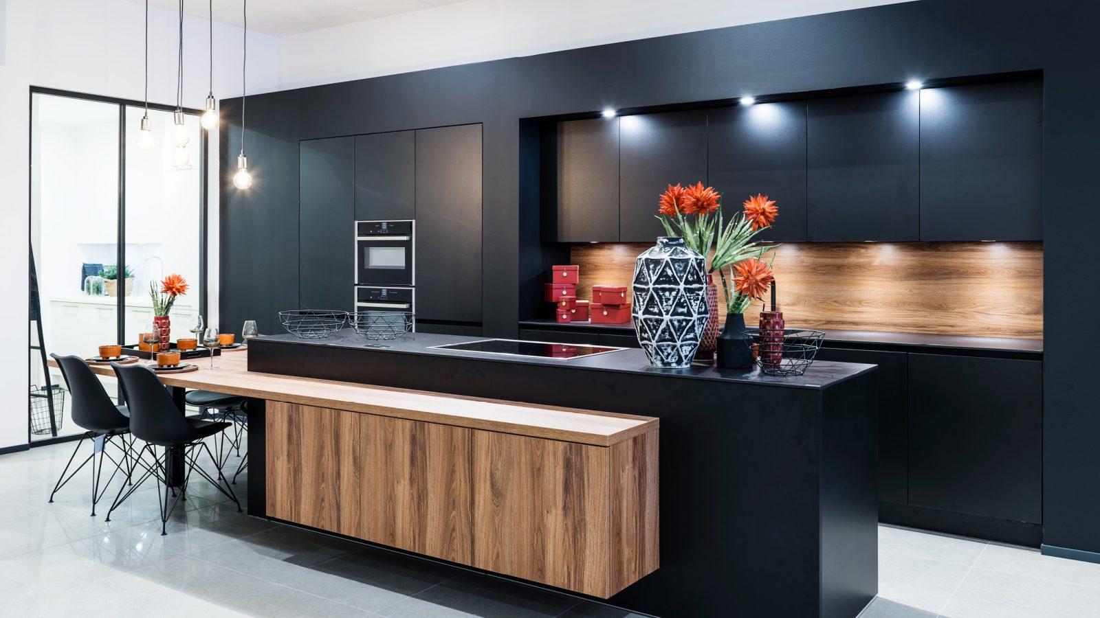 Matzwarte keuken met donker hout